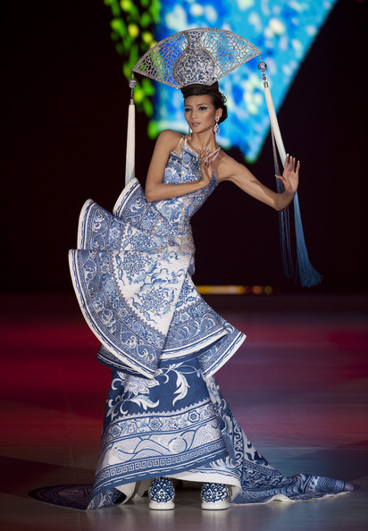 Guo-Pei-2010-blue-white-chinese-porcelain-gown-front